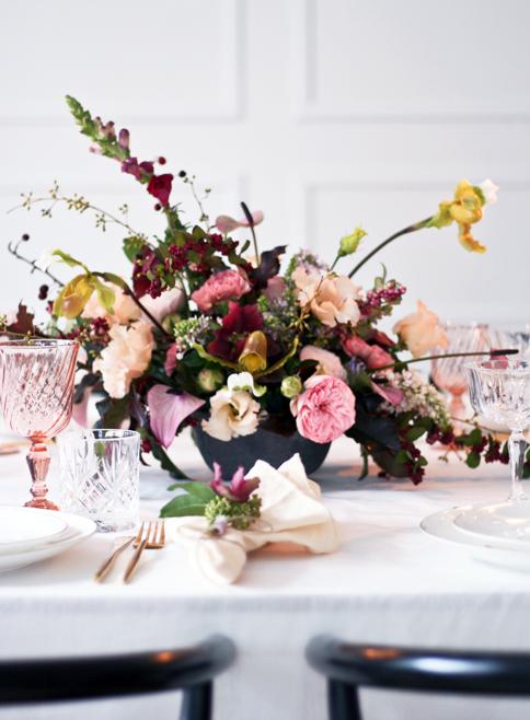A table story_leje af unik service_Leje af guldbestik_blomster til bryllup