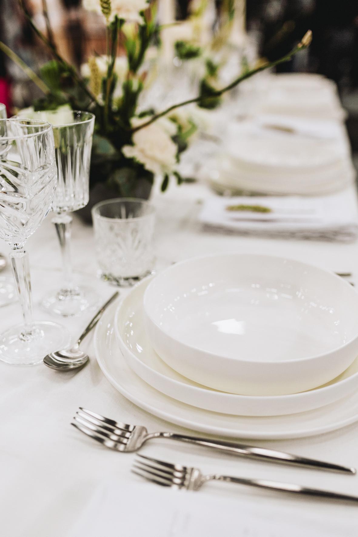 Bryllupsmesse_A table story_Serviceudlejning københavn_bryllupsblomster_bryllup_leje af farvede glas