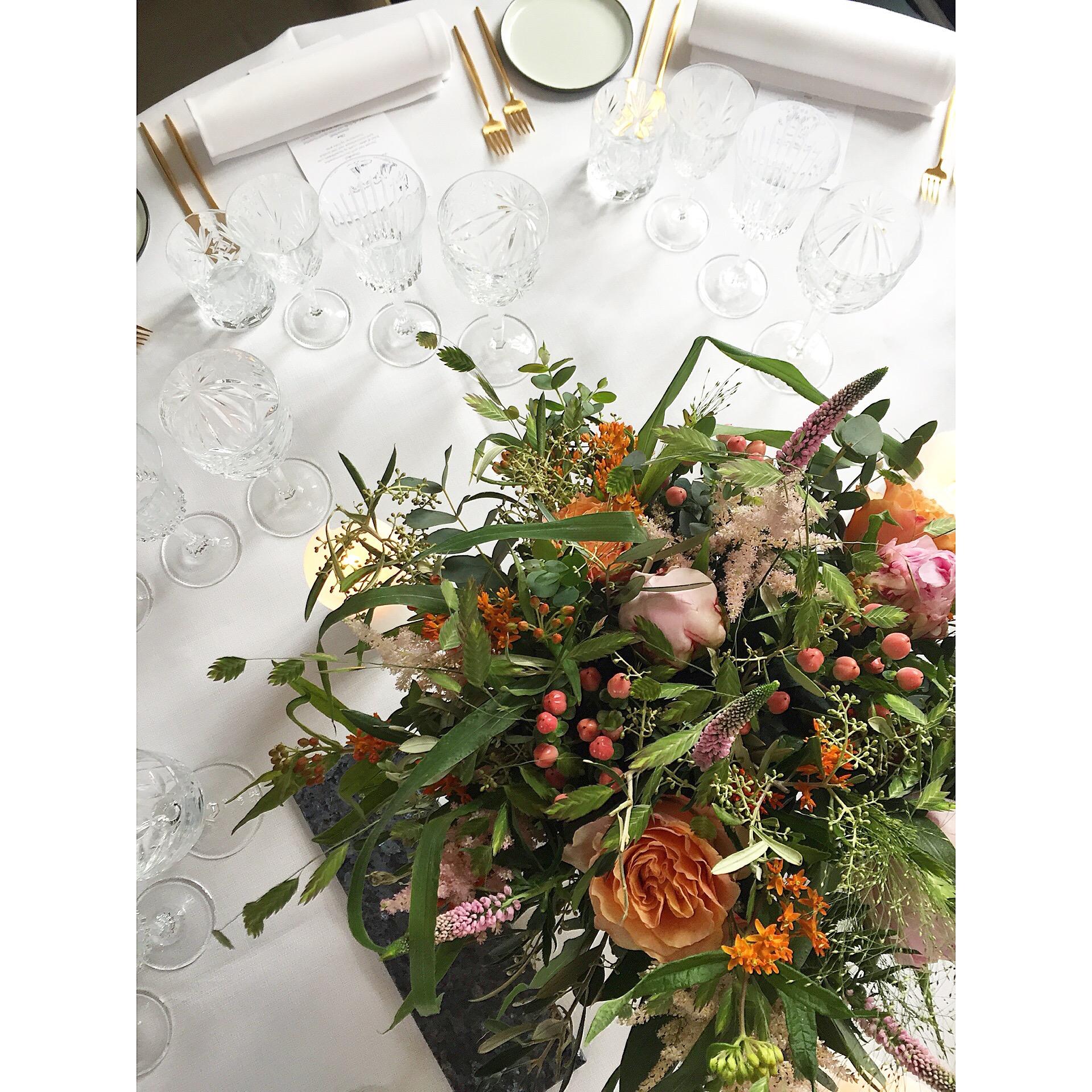 A table story_blomster til bordet_Leje af service