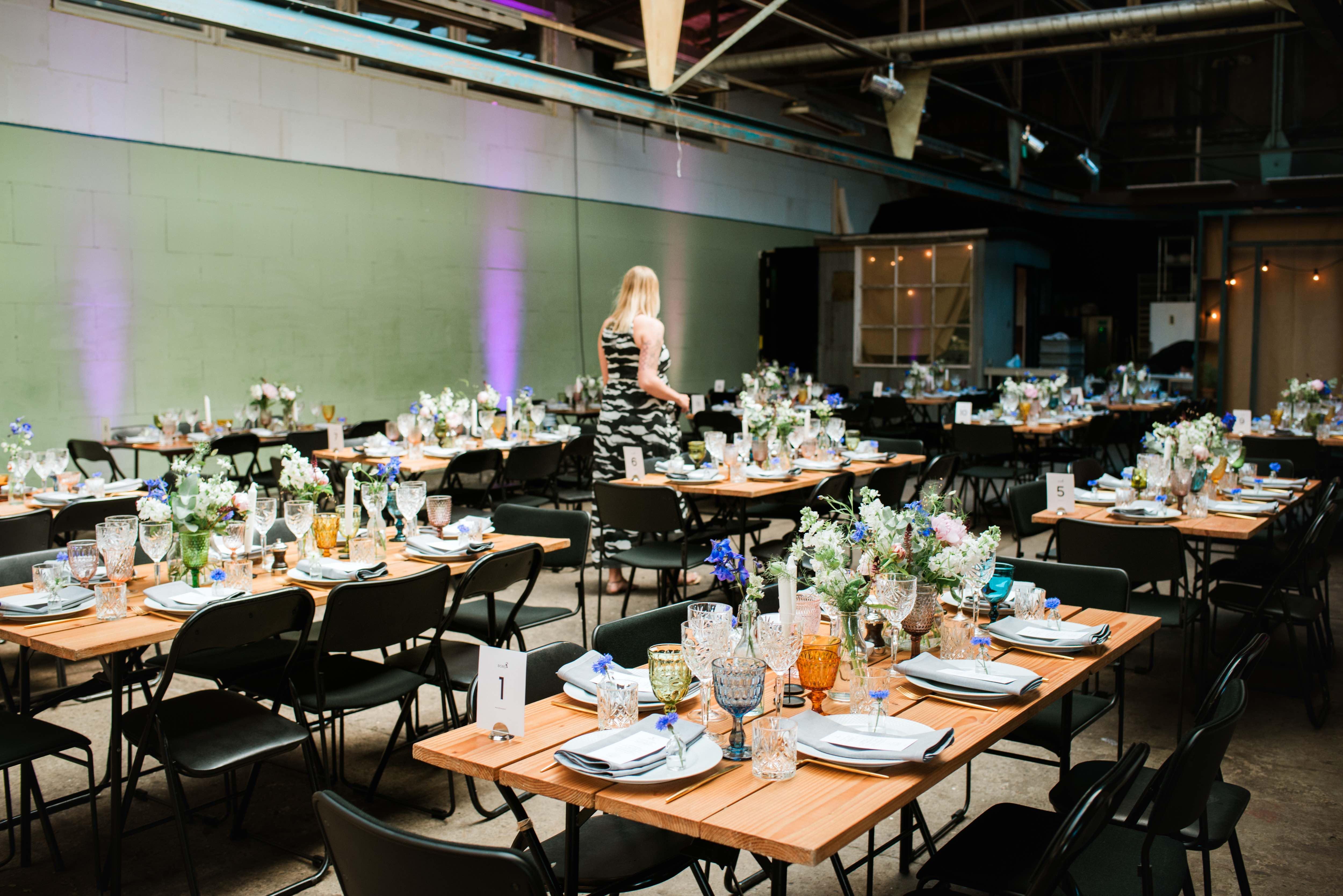Emily Solomon_A table story_Leje af farvede glas_Leje af guldbestik_Serviceudlejning København