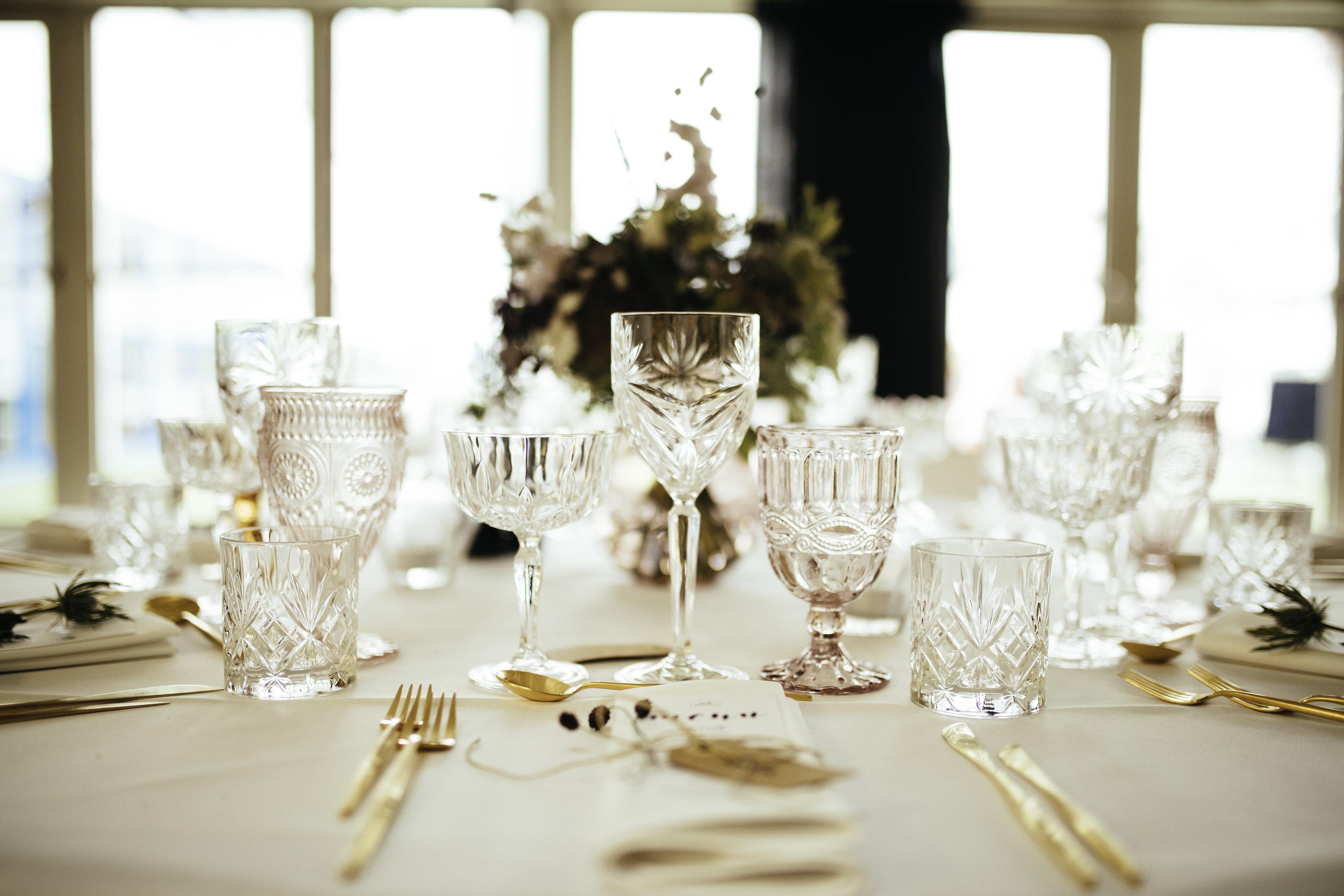 A table story_Serviceudlejning København_bryllup_Festudlejning_leje af service_Leje af stole